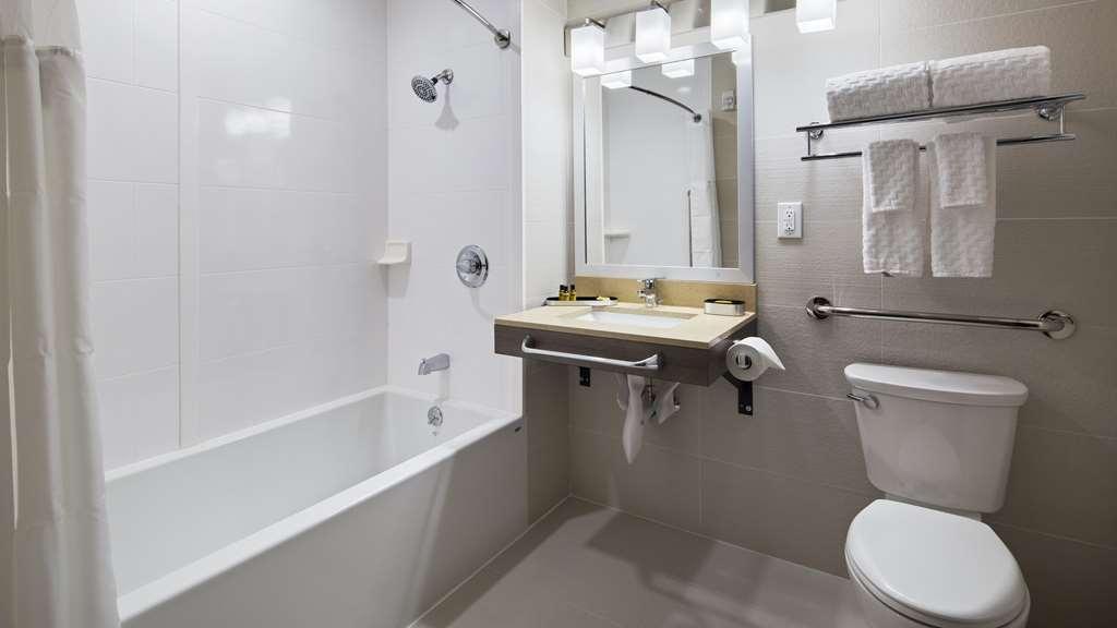 Best Western Plus Stadium Inn - Bathroom with Tub