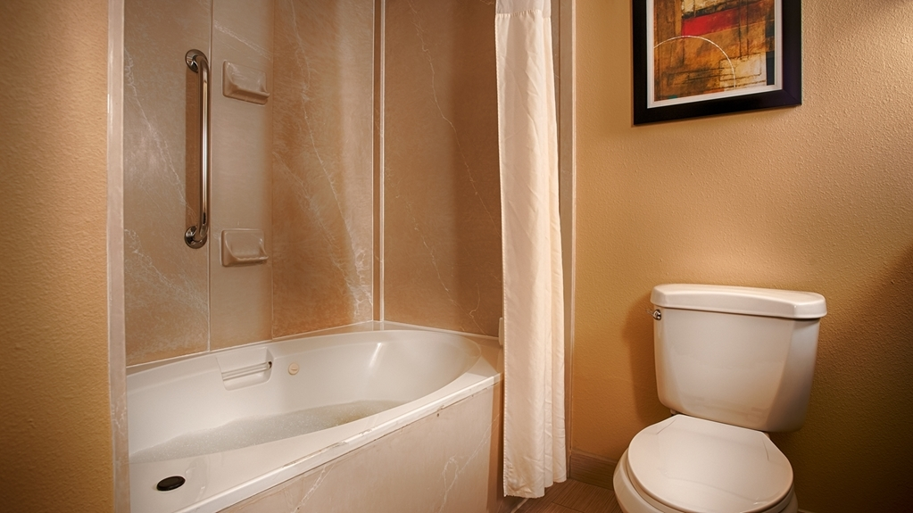 Best Western Plus Greensboro/Coliseum Area - Guest Bathroom