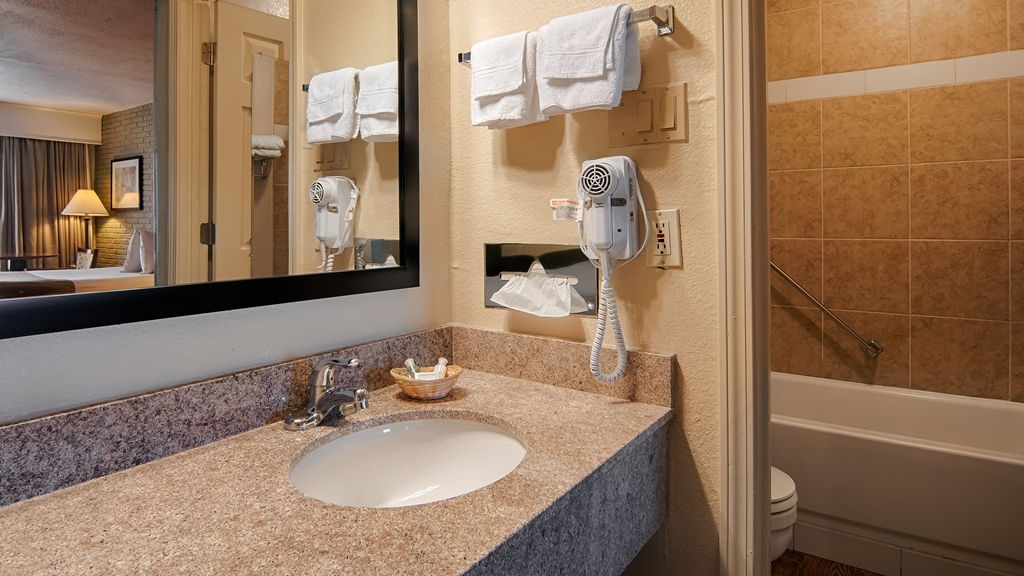Best Western Hendersonville Inn - Guest Bathroom