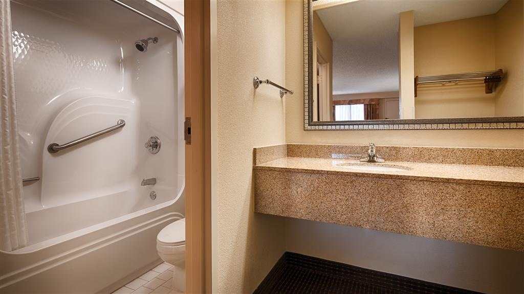 Best Western Inn & Suites - Monroe - Guest Bathroom
