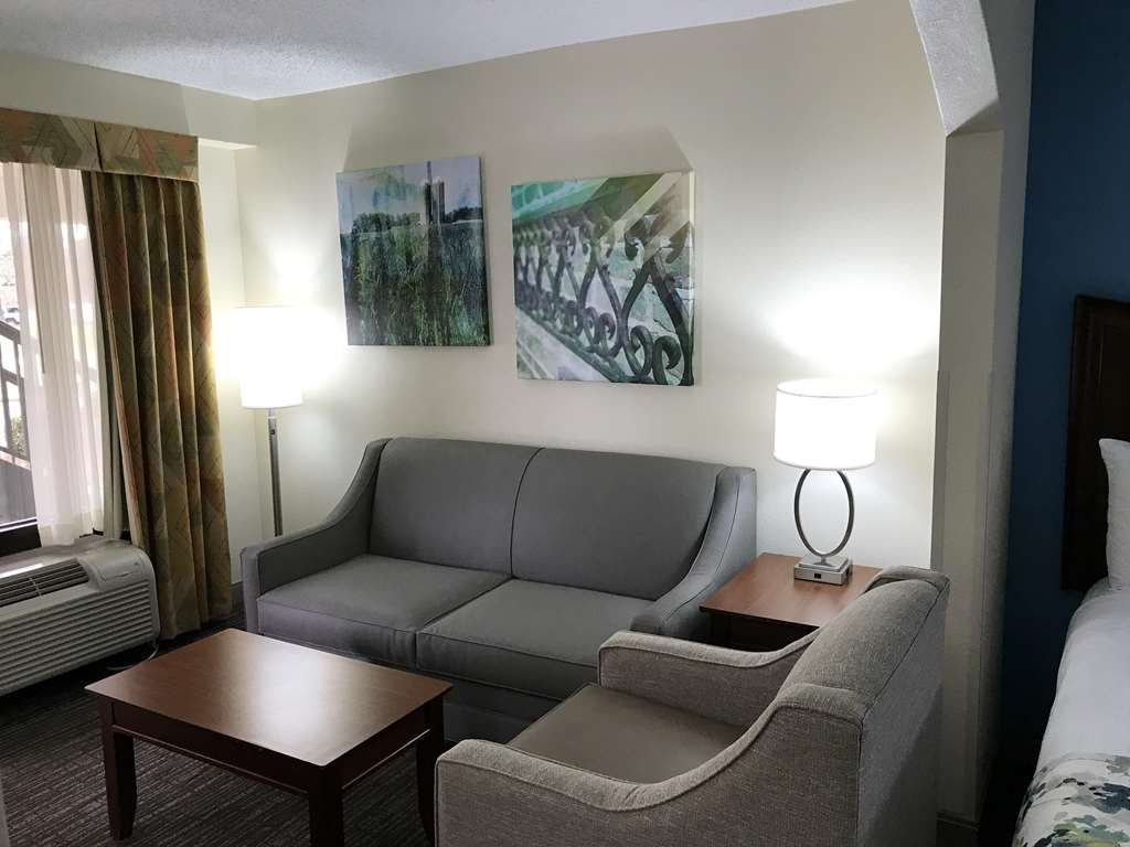 Best Western Inn & Suites - Monroe - All suites have a seating area with a sofabed.