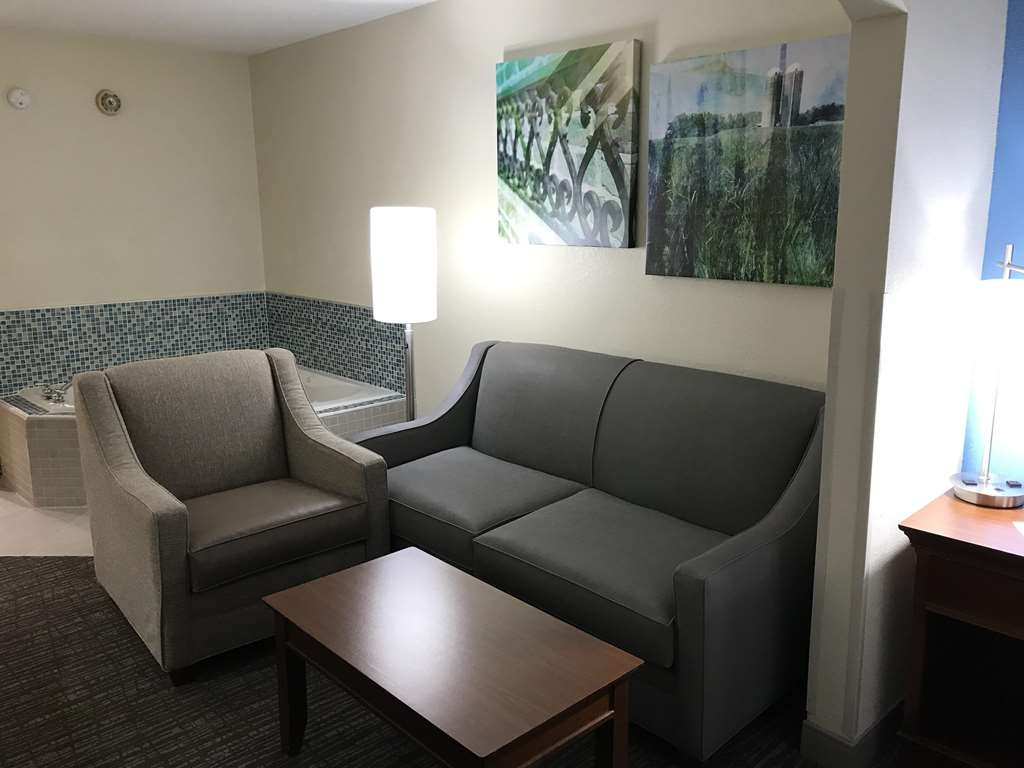 Best Western Inn & Suites - Monroe - Seating area in Whirlpool King bed mini suite.