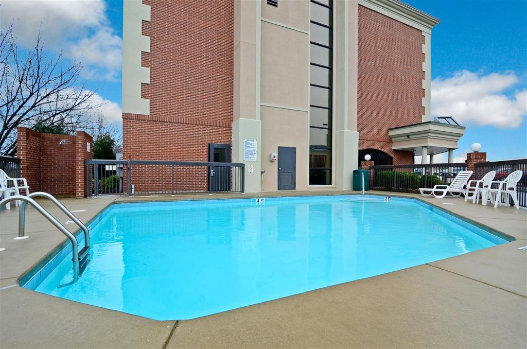 Best Western Plus Greensboro Airport Hotel - Piscina all'aperto stagionale