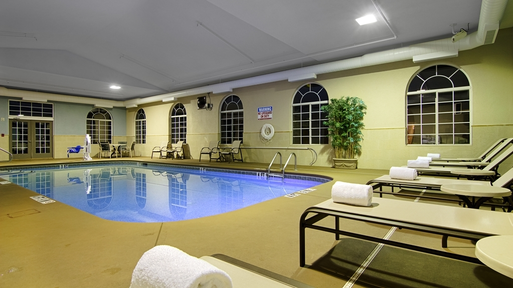 Best Western Plus River Escape Inn & Suites - Vista de la piscina