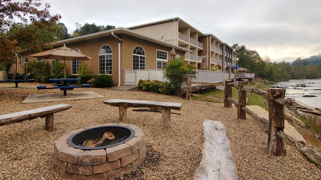 Best Western Plus River Escape Inn & Suites - Picnic & Fire Pit Area