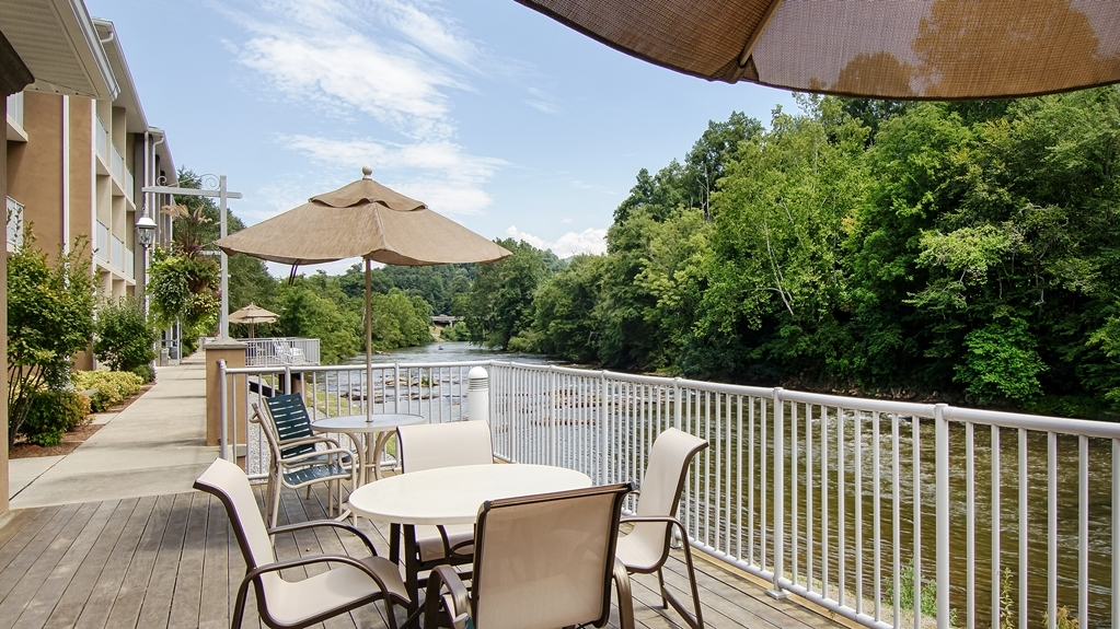 Best Western Plus River Escape Inn & Suites - Riverfront Patio