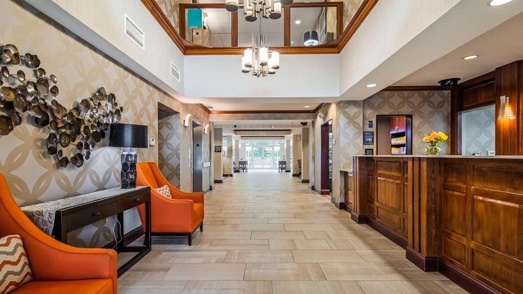 Best Western Plus River Escape Inn & Suites - Vista del vestíbulo