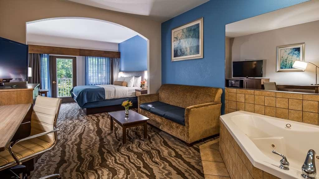 Best Western Plus River Escape Inn & Suites - Romantic Whirlpool King Suite Overlooking Tuckasegee River