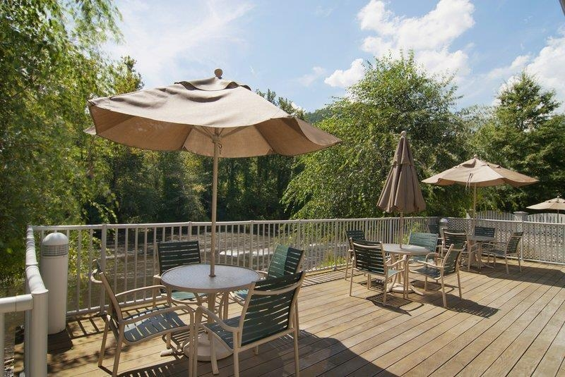 Best Western Plus River Escape Inn & Suites - Patio del hotel