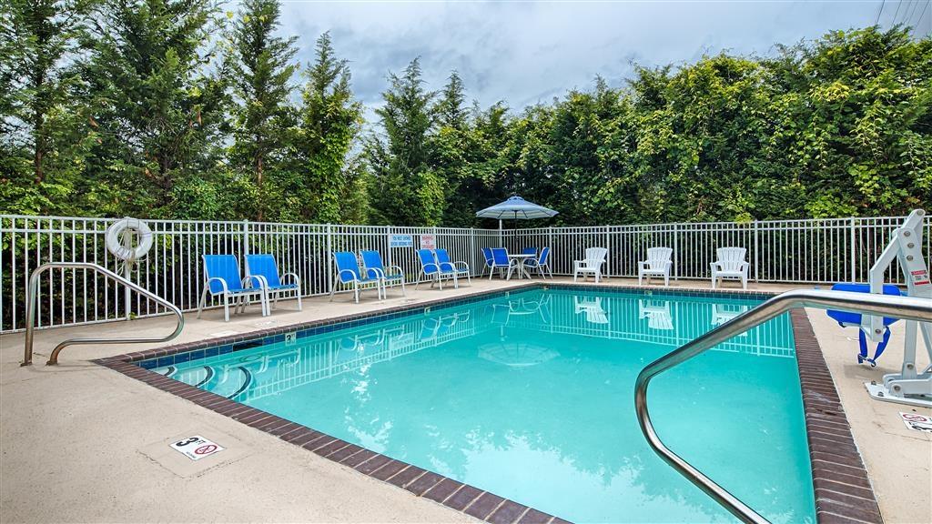 Best Western Gastonia - Egal, ob Sie auf der Suche nach Entspannung am Pool sind oder eine Runde schwimmen möchten, unser Poolbereich im Freien ist der ideale Ort dafür.