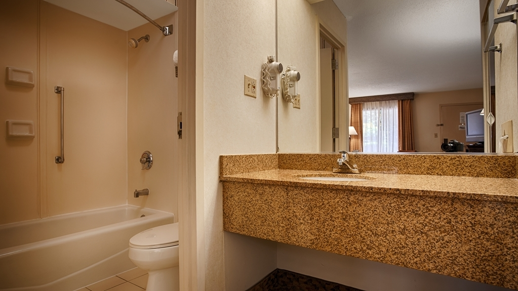 Best Western Pinehurst Inn - Guest Bathroom