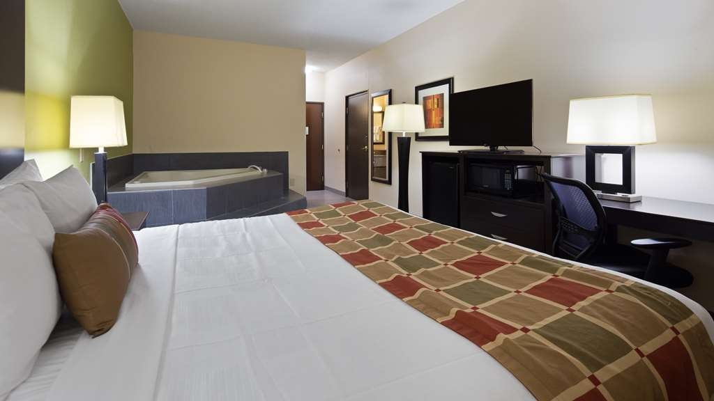 Best Western Plus Huntersville Inn & Suites Near Lake Norman - Are you seeking pure, complete and total relaxation? Then make a reservation in our king whirlpool room.