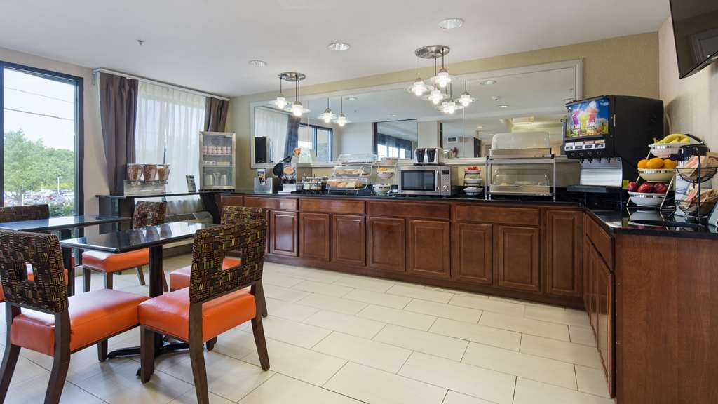 Best Western Plus Huntersville Inn & Suites Near Lake Norman - The warm atmosphere of our breakfast area is a perfect location to start the day.