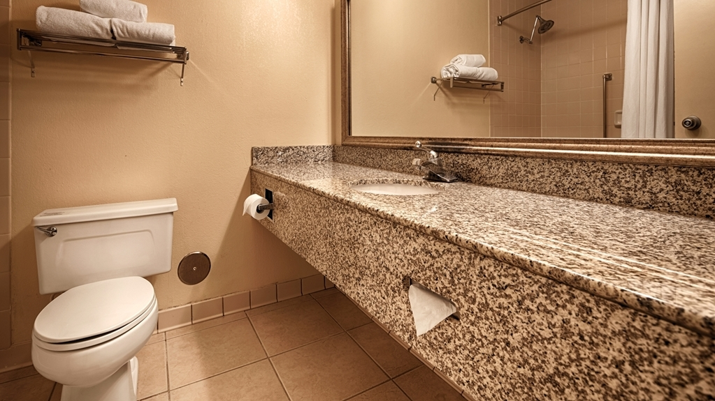 Best Western Plus Yadkin Valley Inn & Suites - Baño