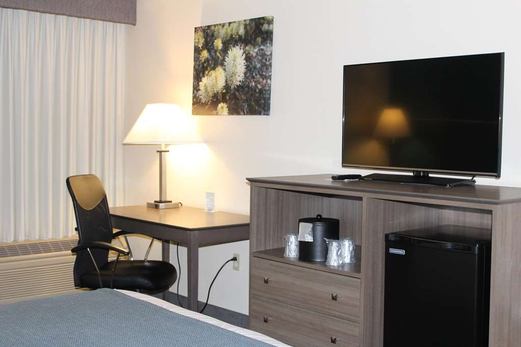"Best Western Plus Yadkin Valley Inn & Suites - 42"" Flat Screen TV, Functional Desk-/Ergonomic Chair and Refrigerator in a King Bed Room"