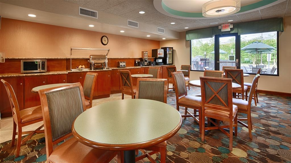 Best Western Plus Wilmington/Wrightsville Beach - There's plenty of seating for breakfast or for gathering the family to enjoy an afternoon board game at our hotel in Wilmington.