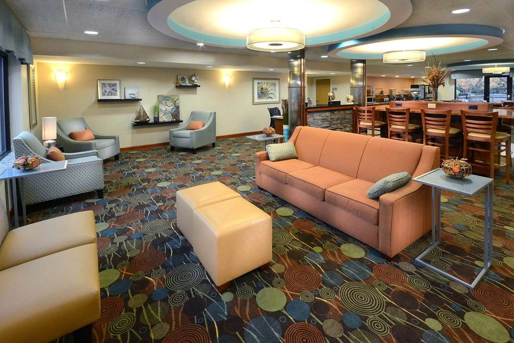 Best Western Plus Wilmington/Wrightsville Beach - After exploring downtown Wilmington, UNCW, and Wrightsville Beach you can unwind with family and friends in our spacious lobby.