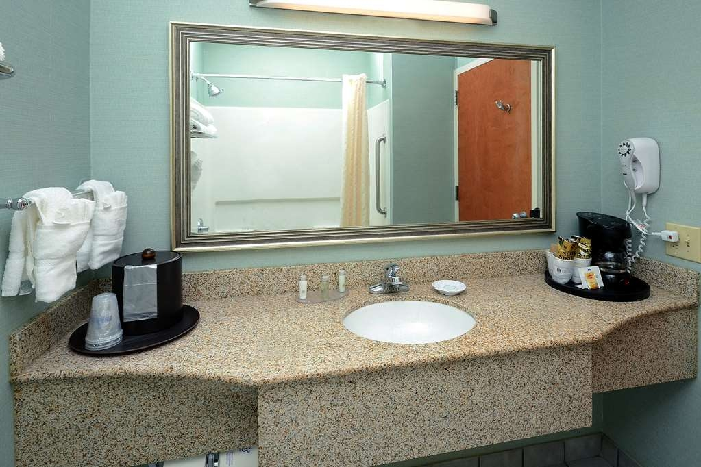 Best Western Plus Wilmington/Wrightsville Beach - There's ample counter top space in our guest bathrooms.
