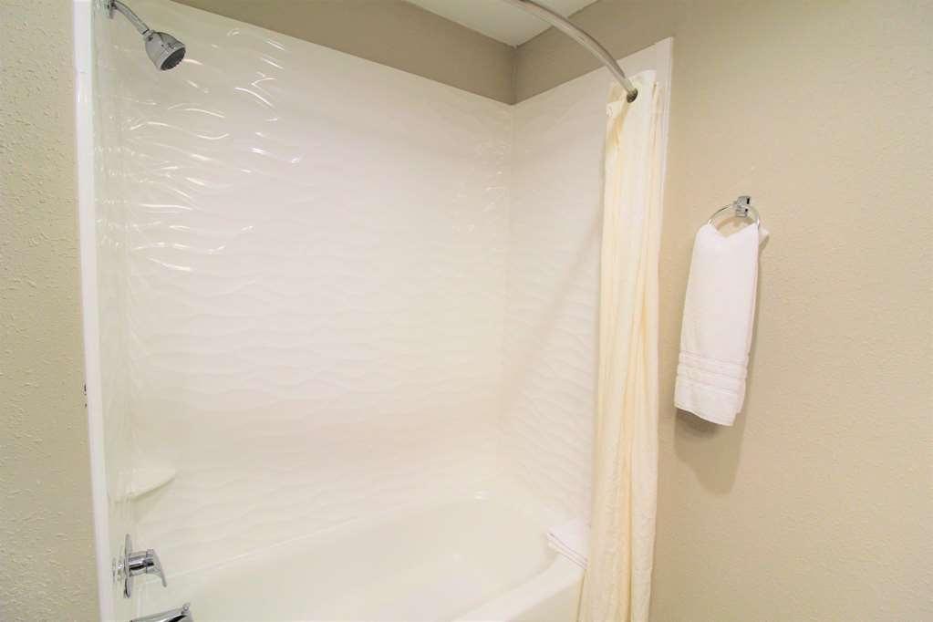 Best Western Albemarle Inn - Guest room bath