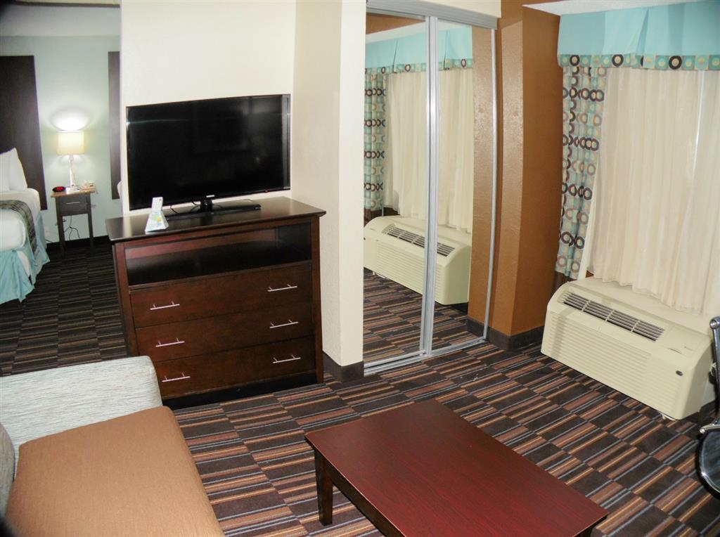 Best Western Plus Elizabeth City Inn & Suites - Double Queen Suite Living Room