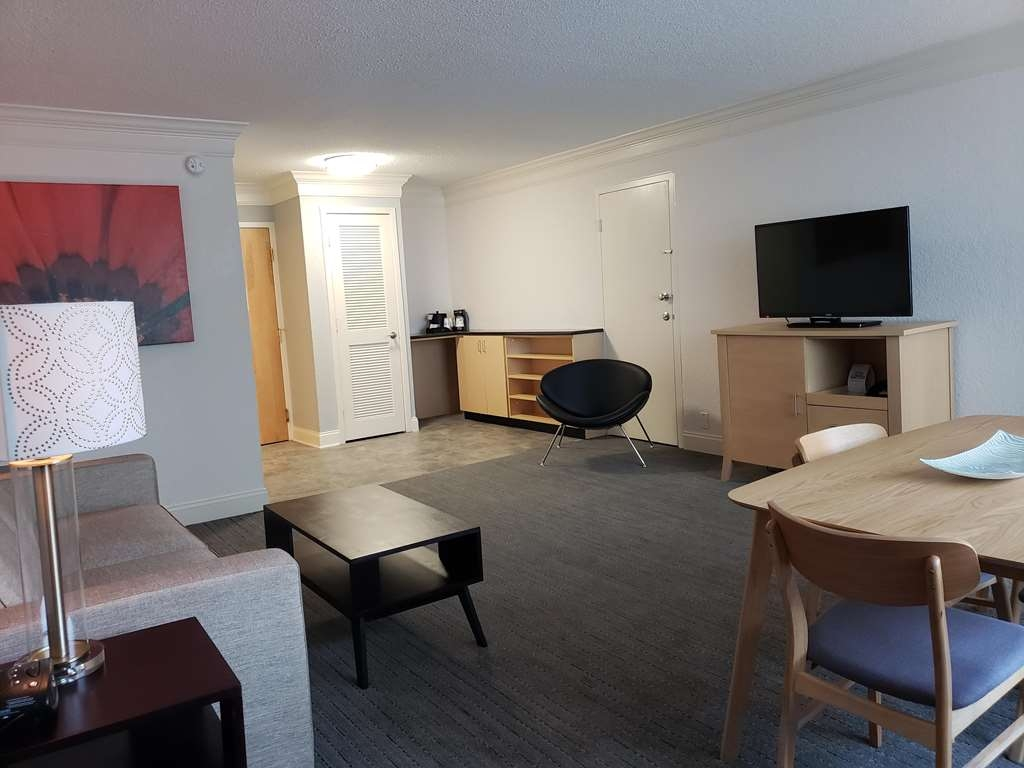 Best Western Plus University Inn - Suite Living Room with Sofabed, Bar and Dining area, Can be connected to Jacuzzi King and/or Standard Queen Queen Room