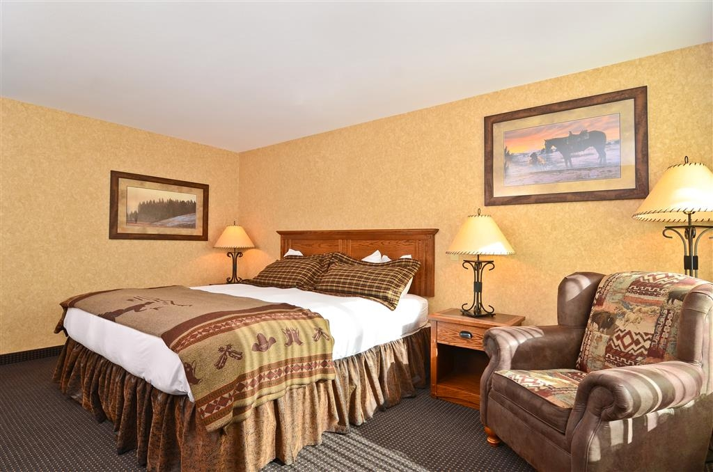 Best Western Plus Kelly Inn & Suites - You can also sit on the comfy chair to watch television!