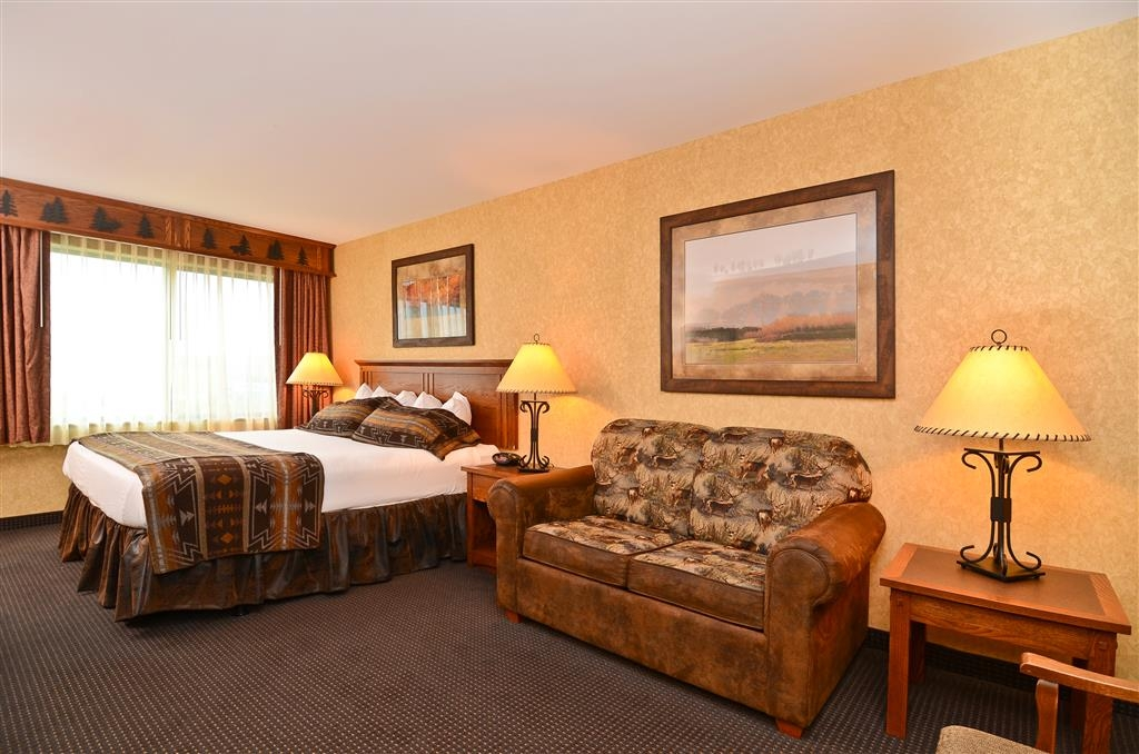 Best Western Plus Kelly Inn & Suites - Relax on our pillow top king bed during your stay!