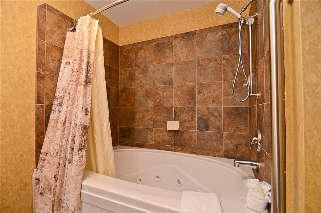 Best Western Plus Kelly Inn & Suites - After a hard day at work, enjoy our whirlpool!