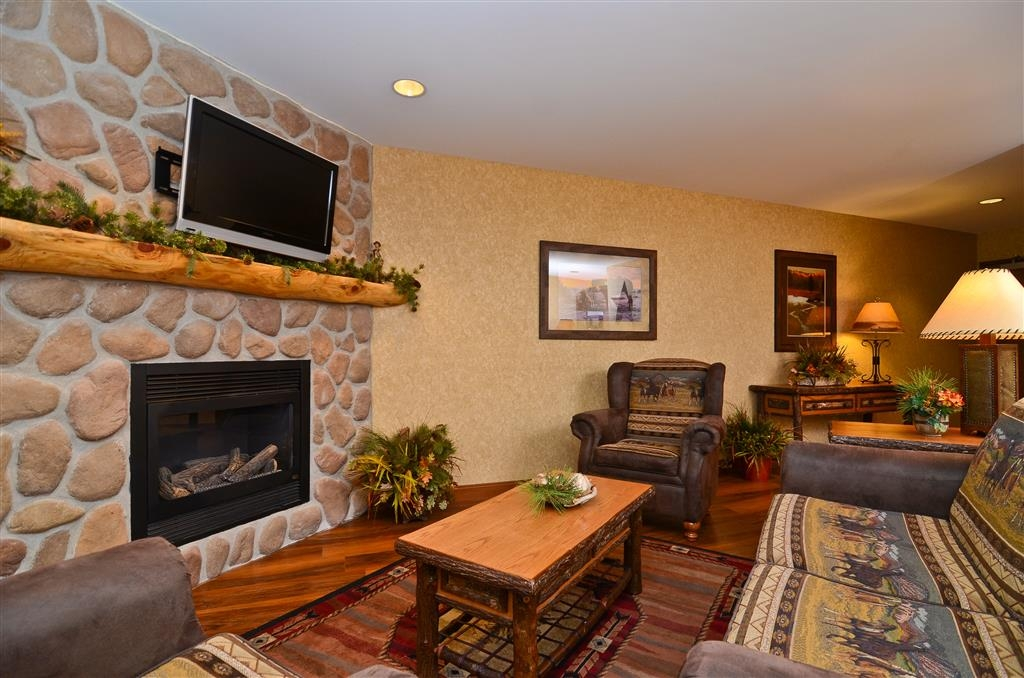 Best Western Plus Kelly Inn & Suites - You can hold a mini meeting with four guests in our living space in the Horse Whisper Room!