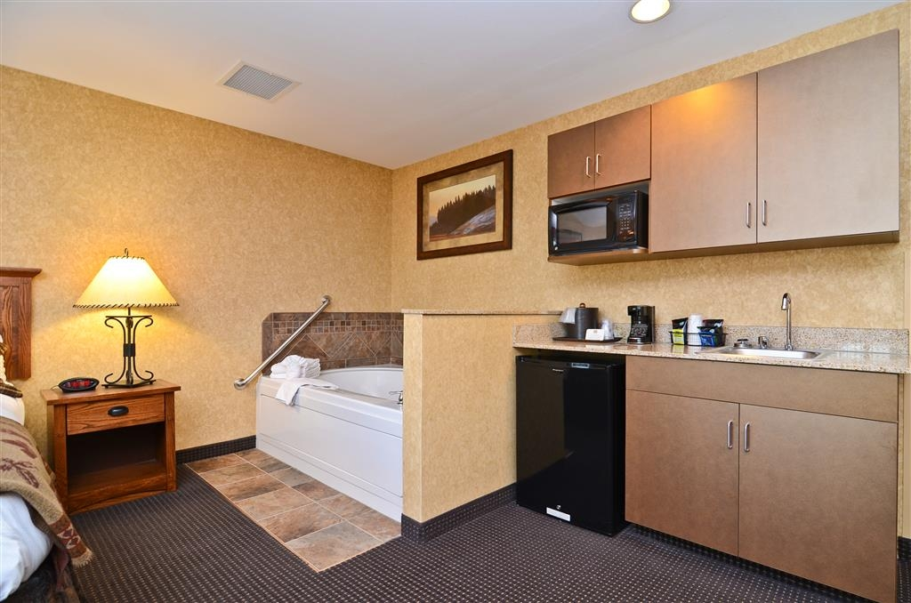 Best Western Plus Kelly Inn & Suites - Not only is the Moose Track guest room oversized, there is also a whirlpool!