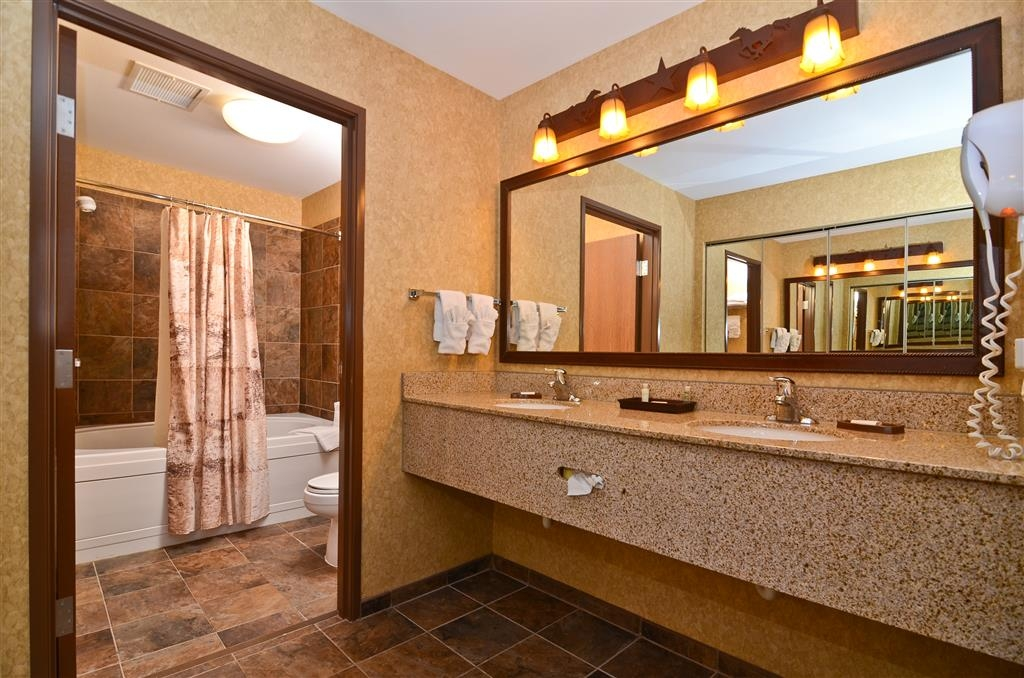 Best Western Plus Kelly Inn & Suites - Need space to get ready? Our Spur Valley room features two vanity sinks!