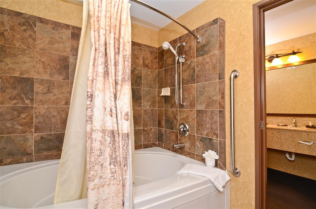 Best Western Plus Kelly Inn & Suites - Our Pine Creek guest room also has a whirlpool for your use!