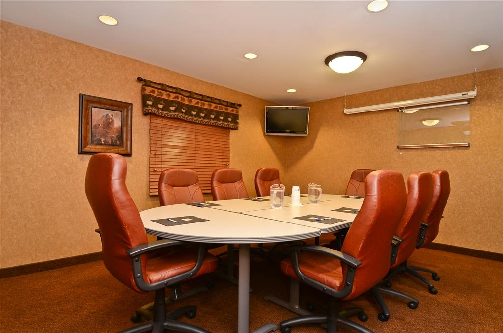 Best Western Plus Kelly Inn & Suites - Book our Bears Den, which features eight executive chairs, and a cozy atmosphere for your next business meeting!