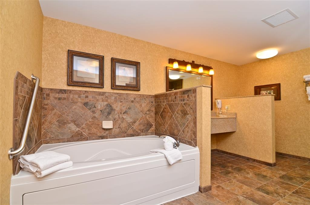 Best Western Plus Kelly Inn & Suites - We have a separate living room area and bedroom in the Alamo Suite, as well as a whirlpool!