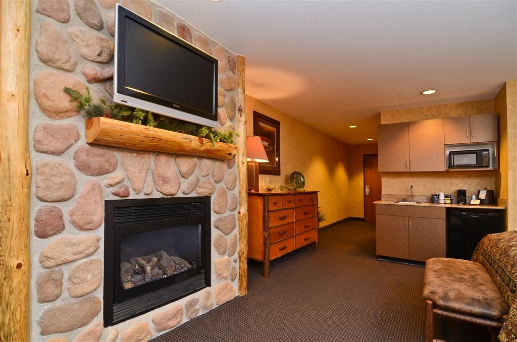 Best Western Plus Kelly Inn & Suites - Staying for a while? Choose this Wilderness Room which features a fireplace and extra storage!