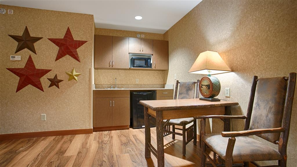 Best Western Plus Kelly Inn & Suites - Horse Whisper Suite Desk and Wet Bar