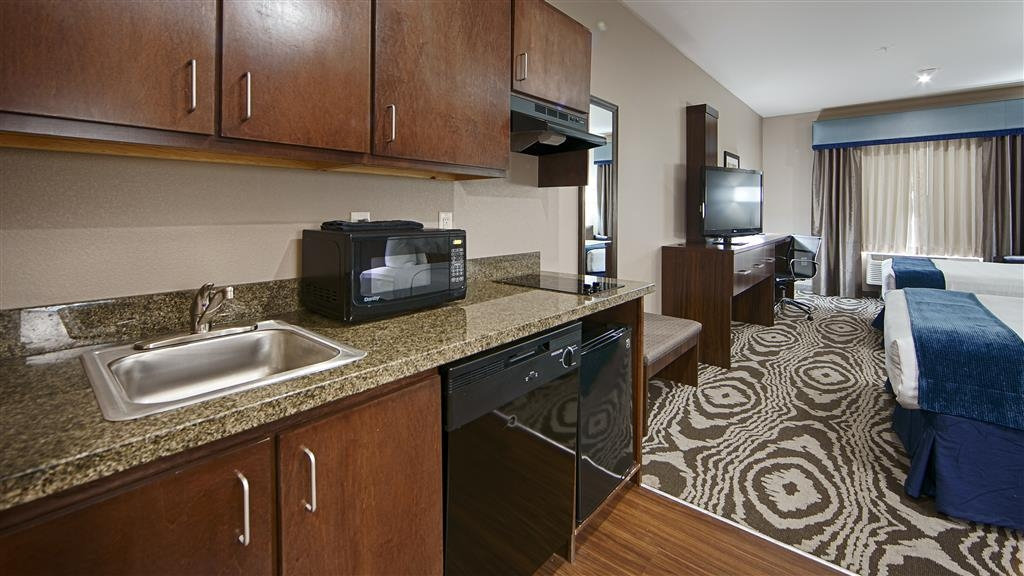 Best Western Plus Williston Hotel & Suites - Save money on food when you book our two queen suite, equipped with a kitchenette for your convenience.