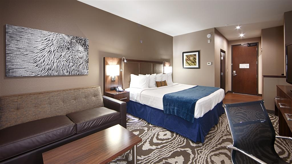 Best Western Plus Williston Hotel & Suites - This king suite offers additional sleeping space with a sofabed available and kitchenette to make you feel at home.