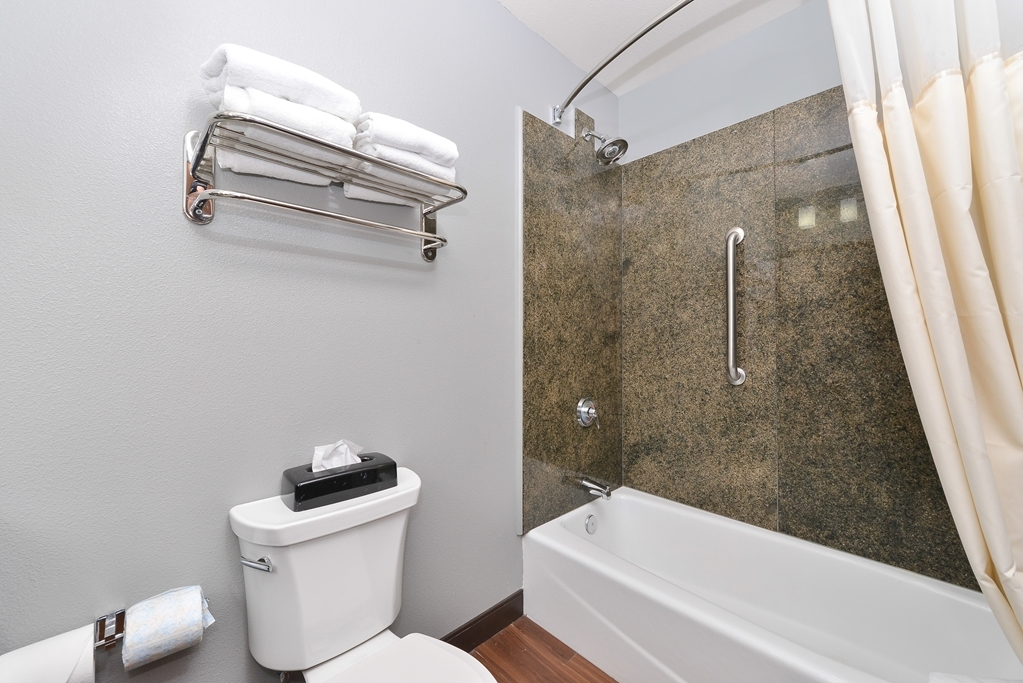 Best Western Plus Williston Hotel & Suites - Guest Bathroom