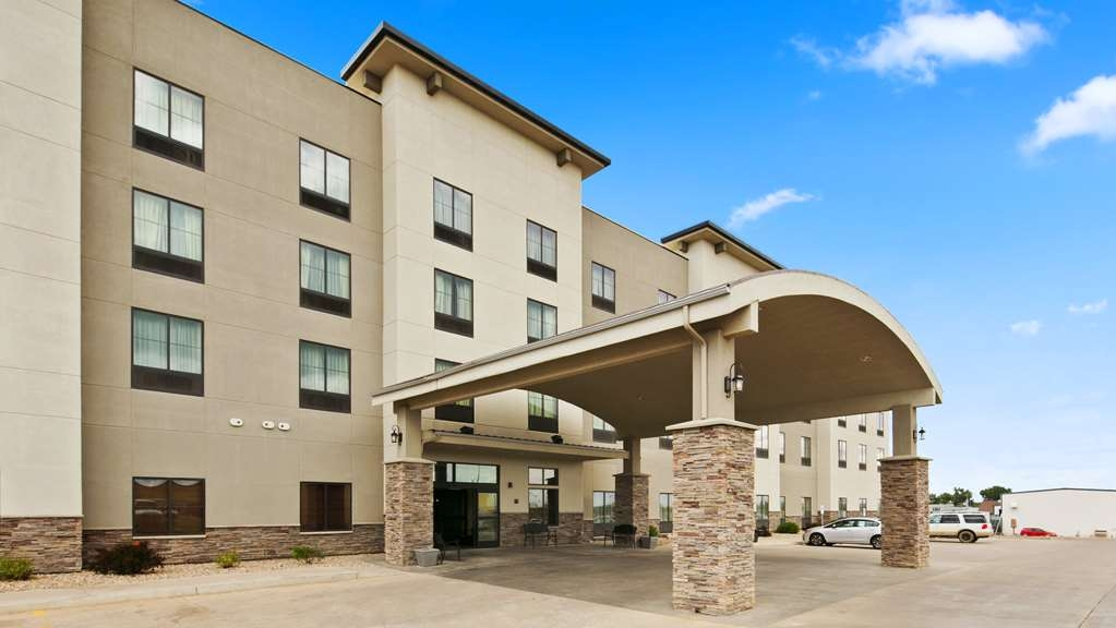 Best Western Plus Williston Hotel & Suites - Exterior