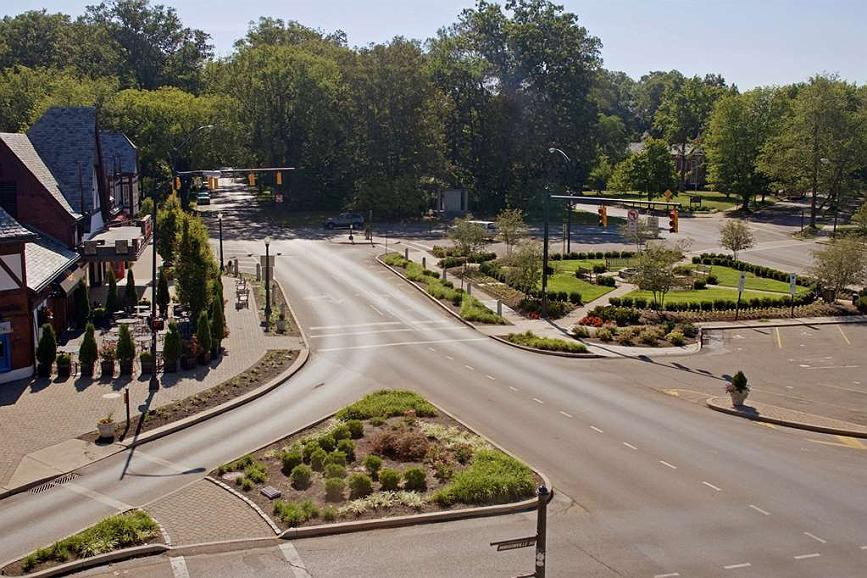 Best Western Premier Mariemont Inn - We are located just steps away from five unique restaurants: Starbucks, Graeter's, Ice Cream, boutique shops and even a movie theatre.