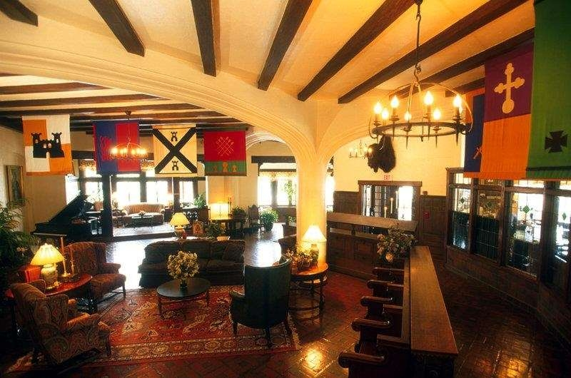 Best Western Premier Mariemont Inn - Come and enjoy our historic lobby offering a place to socialize with other guests or members of your party.