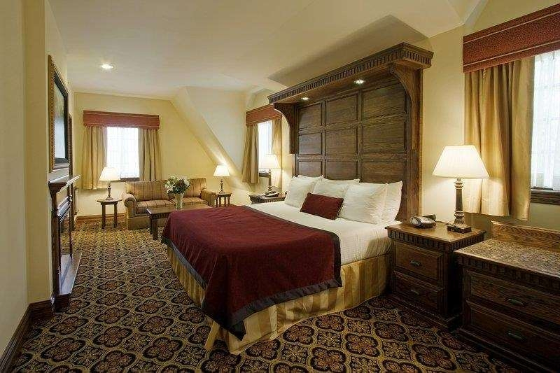 Best Western Premier Mariemont Inn - Our spacious king guest room has all the comforts of home at your fingertips.