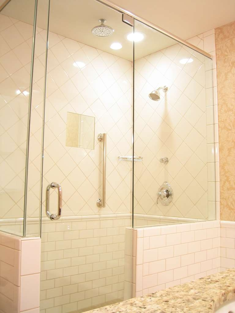 Best Western Premier Mariemont Inn - Pamper yourself in our large walk-in showers which are in all guest bathrooms.