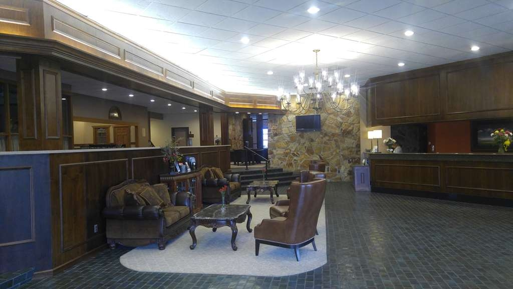 Best Western Wooster Hotel - The open lobby provides an open area for easy check-in to our hotel. Meet up with friends or enjoy some quiet time and grab a complimentary newspaper.