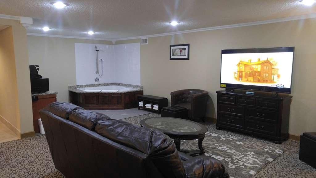 Best Western Wooster Hotel - The recently renovated Honeymoon Suite offers guests a relaxing Jacuzzi® tub, a 65-inch flat-screen TV, and an extra kitchenette sink.