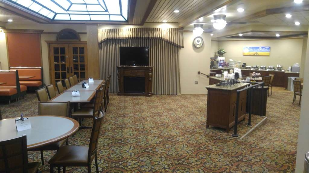 Best Western Wooster Hotel - Whether you're with family or friends, our breakfast seating area is great for large or small groups.