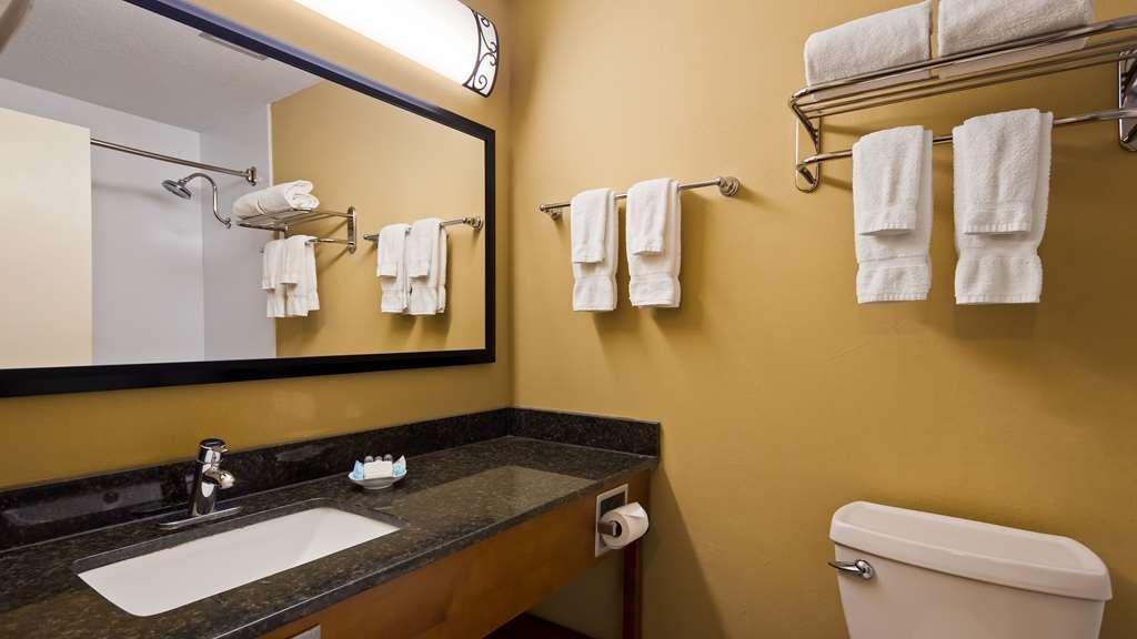 Best Western Wooster Hotel - Bathroom