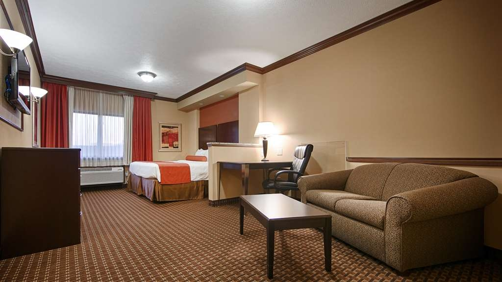 Best Western Plus North Canton Inn & Suites - Spend a relaxing night together in our king suite.