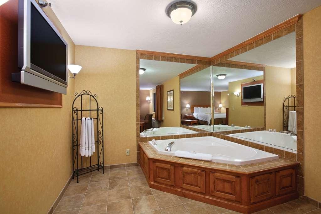 Best Western Plus North Canton Inn & Suites - Soak those sore muscles in this elegant in-room whirlpool tub.